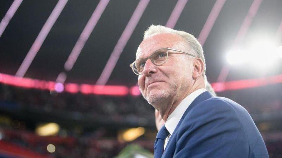 Karl-Heinz Rummenigge, Vorstandschef vom FC Bayern München, steht vor Spielbeginn am Spielfeldrand in der Allianz-Arena. Foto: Matthias Balk