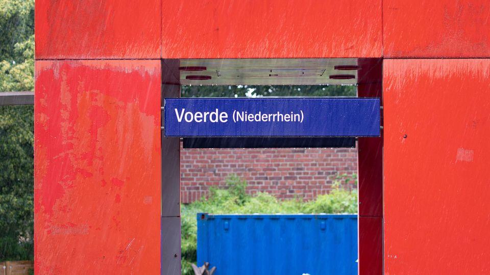 20.07.2019, Nordrhein-Westfalen, Voerde: Die Stationstafel des Bahnhofs in Voerde. Ein 28-jähriger Mann hat nach Polizeiangaben am Bahnhof im niederrheinischen Voerde eine 34-jährige Frau vom Bahnsteig vor einen einfahrenden Zug gestoßen. Die Frau au