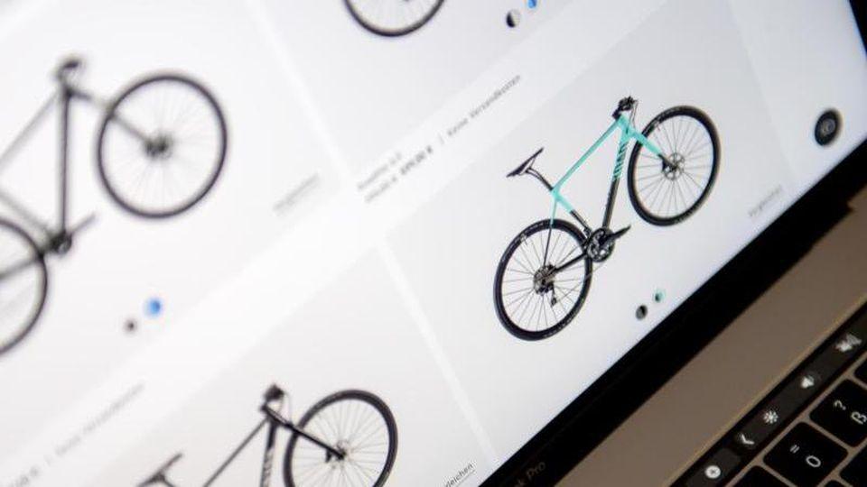 Virtuelle Zweirad-Welt: Nicht nur der klassische Online-Handel punktet in Corona-Zeiten, auch viele stationäre Händler lassen sich viel einfallen, um ihre Kunden weiter zu beliefern. Foto: Zacharie Scheurer/dpa-tmn