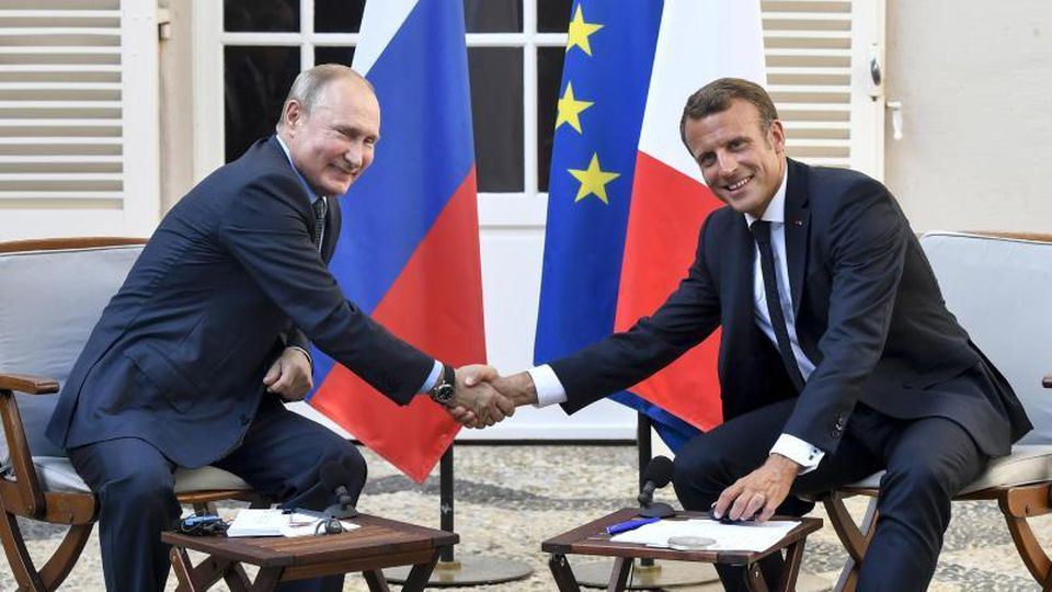 Frankreichs Präsident Emmanuel Macron (r) empfängt seinen russischen Amtskollegen Wladimir Putin im Fort Brégançon. Foto: Gerard Julien/POOL AFP