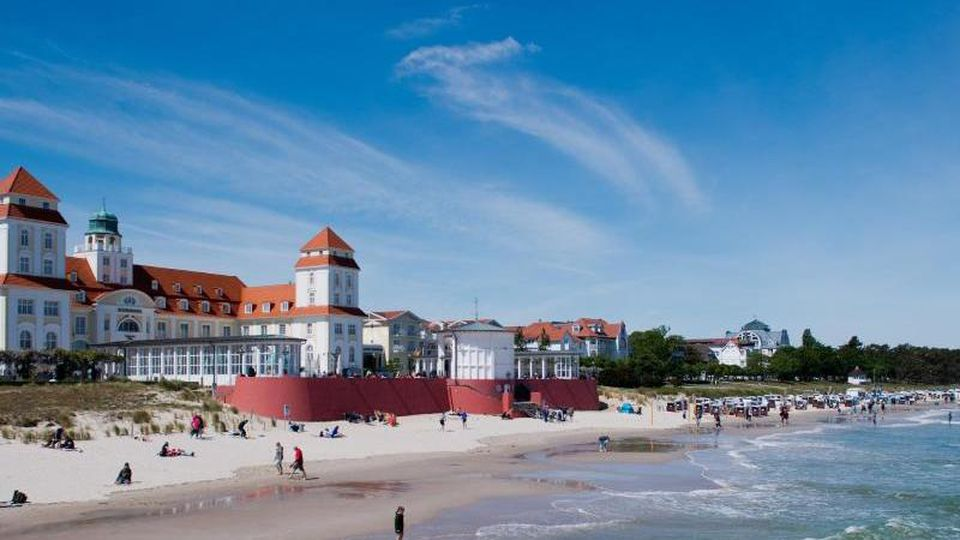 Wellen schlagen an den Strand von Binz. Foto: Stefan Sauer/dpa-Zentralbild/dpa