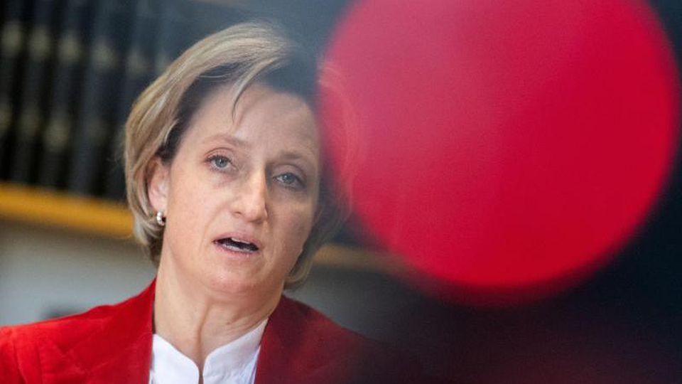 Nicole Hoffmeister-Kraut (CDU), Wirtschafts- und Arbeitsministerin in Baden-Württemberg, nimmt an einer Pressekonferenz teil. Foto: Marijan Murat/dpa/Archivbild
