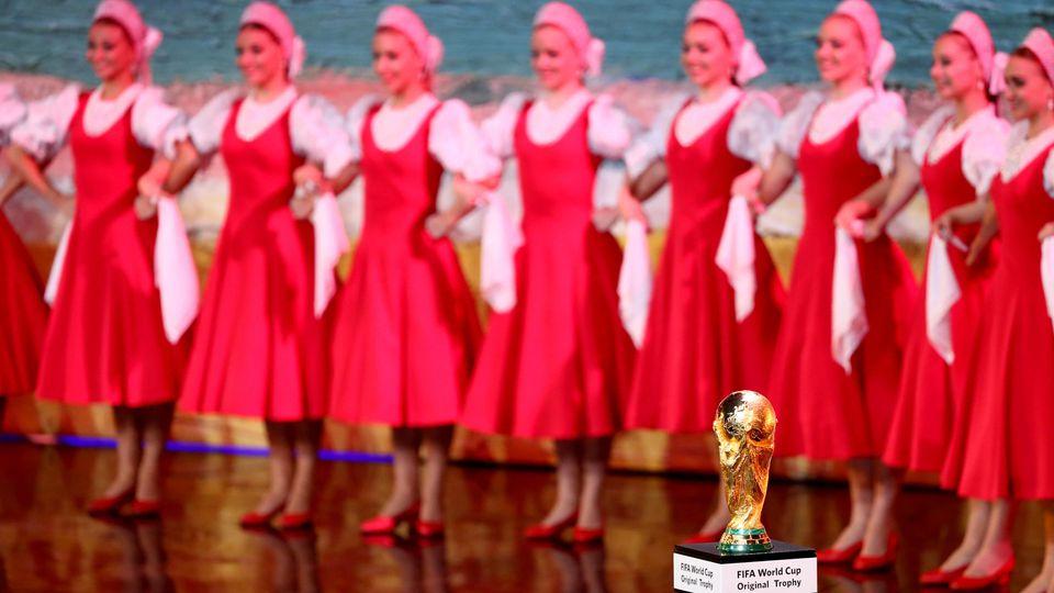 Fußball: Auslosung der Gruppen für die Vorrunde der Fußball-Weltmeisterschaft 2018 am 01.12.2017 im Kremlpalast in Moskau (Russland). Eine russische Tanzgruppe auf der Bühne hinter dem WM-Pokal. Foto: Christian Charisius/dpa +++(c) dpa - Bildfunk+++