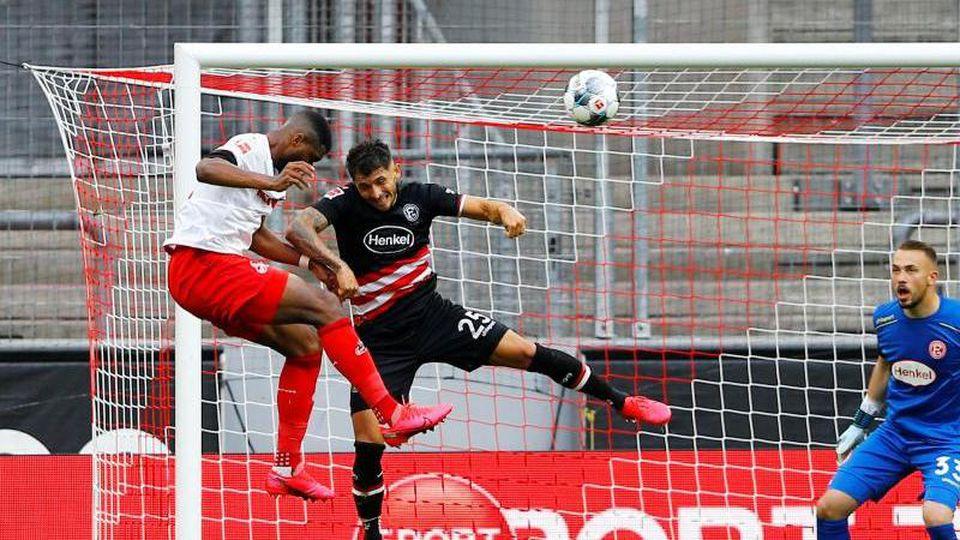 Jhon Cordoba (l) brachte Köln mit seinem Anschlusstreffer gegen Düsseldorf wieder zurück ins Spiel. Foto: Thilo Schmuelgen/Reuters-Pool/dpa