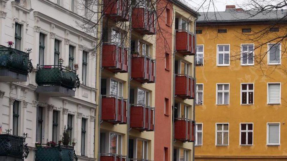 Häuser mit Mietwohnungen. Foto: Wolfgang Kumm/dpa/Archivbild