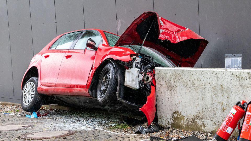 Mit einer hochschwangeren Frau auf der Rückbank ist der Fahrer eines Autos am Friedrichshafener Klinikum gegen eine Betonmauer geprallt.