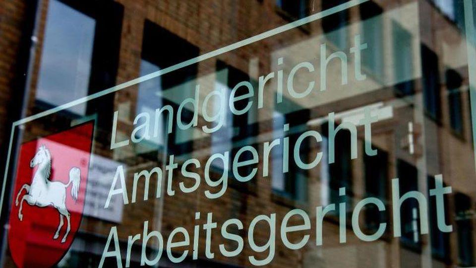 """""""Landgericht, Amtsgericht, Arbeitsgericht"""" ist am Haupteingang zum Landgericht Göttingen zu sehen. Foto: Swen Pförtner/dpa/Archivbild"""