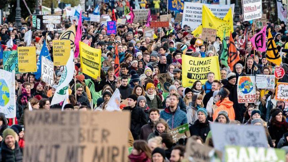 """Die Teilnehmer einer """"Fridays for Future""""-Demo gehen durch München. Foto: Matthias Balk/dpa/Archivbild"""