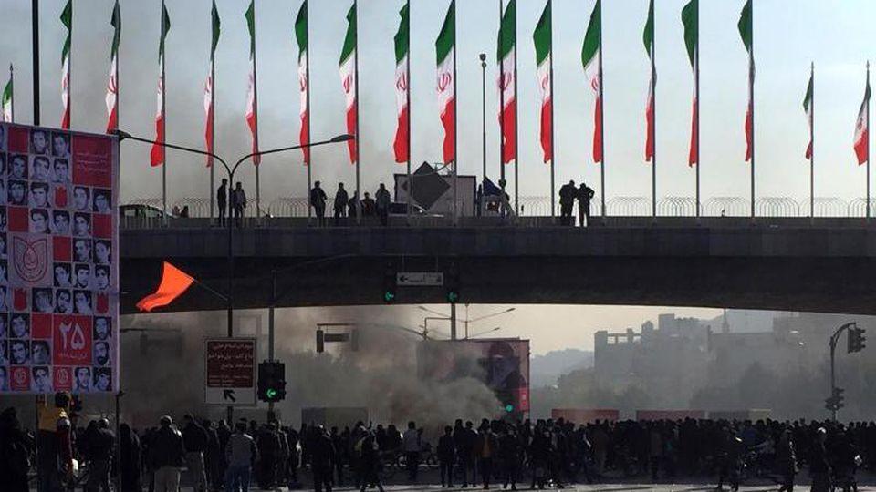 Demonstranten haben bei einer Protestaktion im iranischen Isfahan eine Straße blockiert. Foto: AP/dpa