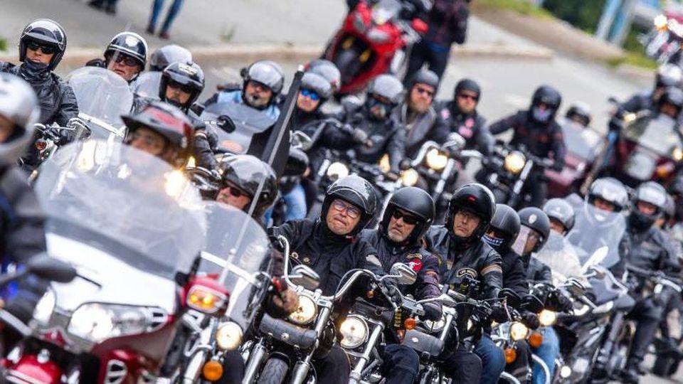 Motorradfahrer beteiligen sich an einem Fahrzeugkorso. Foto: Jens Büttner/dpa-Zentralbild/dpa
