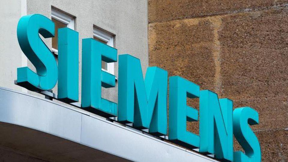 """Der Schriftzug """"Siemens"""". Foto: Soeren Stache/dpa-Zentralbild/dpa/Symbolbild"""