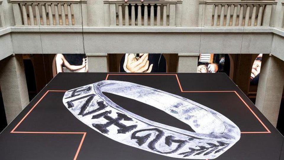 """Die Sonderausstellung """"Ringe der Macht"""" wird heute Abend im Landesmuseum Halle eröffnet. Foto: Soeren Stache/zb/dpa"""