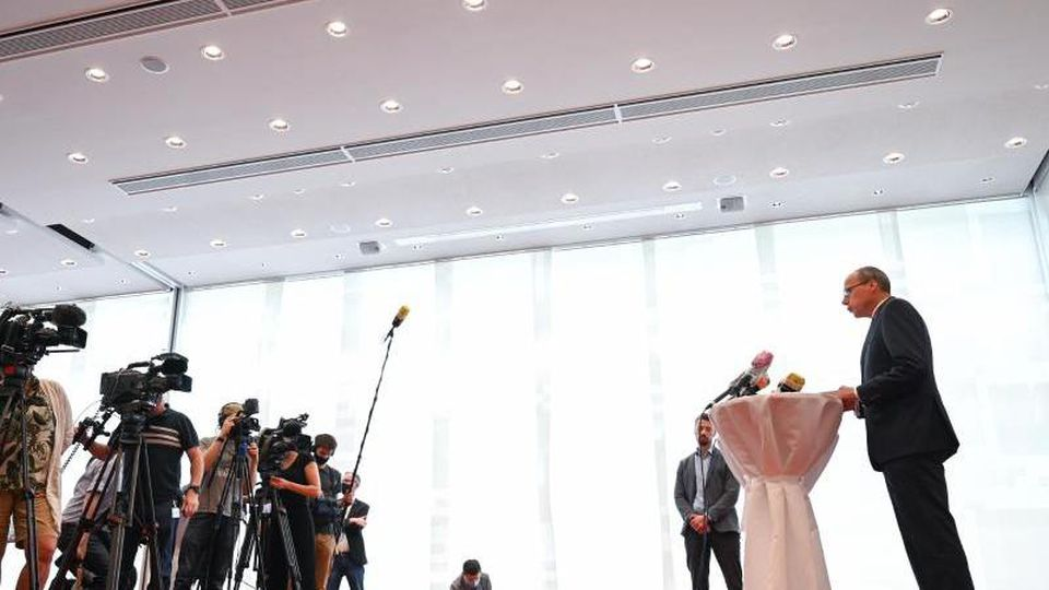 Innenminister Peter Beuth (CDU) gibt ein Statement zum Rücktritt von Udo Münch ab. Foto: Arne Dedert/dpa/Archivbild