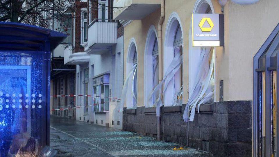 Zerstörte Scheiben sind an einer Bankfiliale nach einer Geldautomatensprengung zu sehen. Foto: Bodo Marks/dpa/Archivbild
