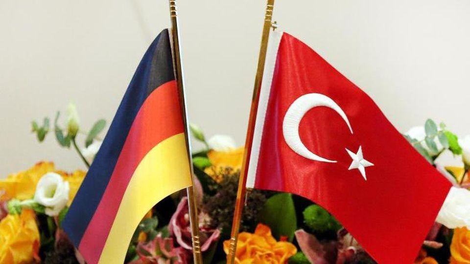 In den deutsch-türkischen Beziehungen überschatten immer wieder Krisen die Dialoge. Foto: Lefteris Pitarakis/dpa