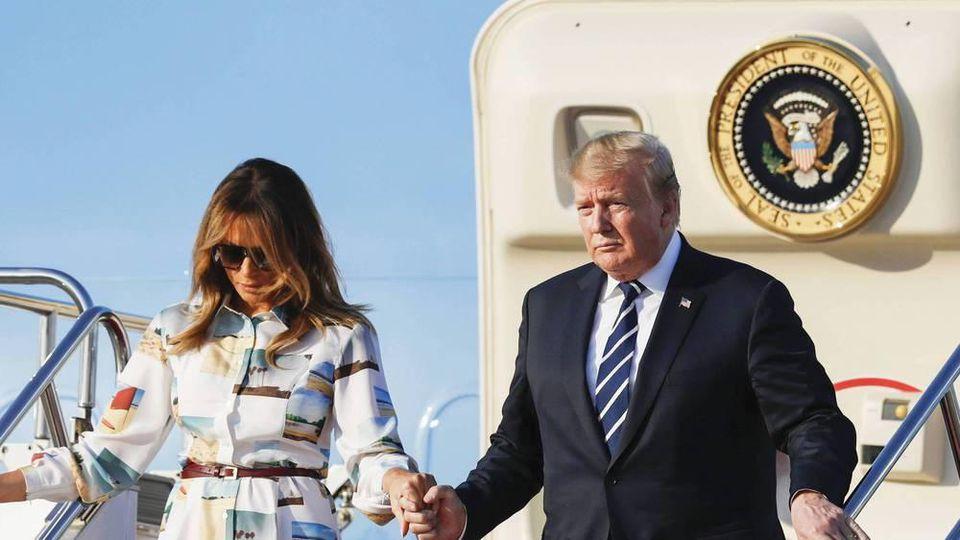 """Donald Trump und Melania Trump beim Verlassen der Präsidentenmaschine """"Air Force One"""" in Japan"""