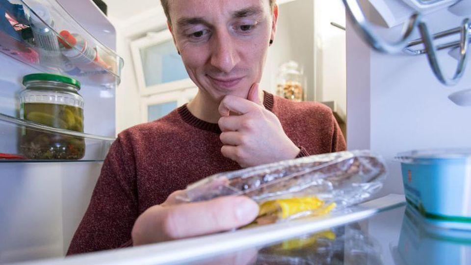 Ist das noch essbar? Wenn das Mindesthaltbarkeitsdatum überschritten ist, muss man Lebensmittel noch lange nicht wegwerfen. Foto: Christin Klose/dpa-tmn