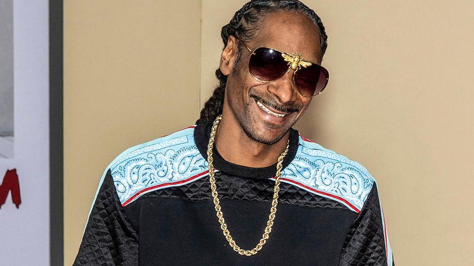 Snoop Dogg zeigt sich vor der Kamera beim Kiffen.
