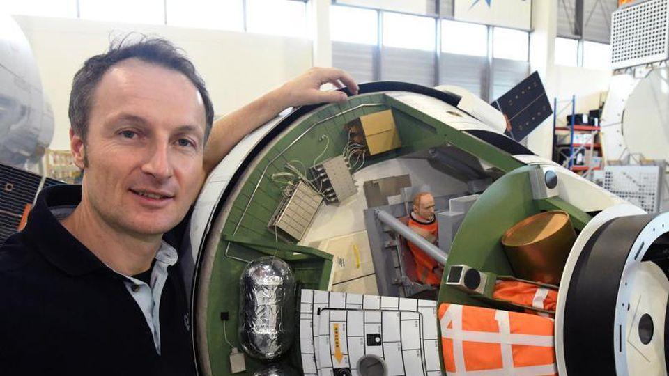 Der Astronaut Matthias Maurer steht im Europäischen Astronautenzentrum (EAC) neben einem Modell. Foto: Felix Hörhager/dpa/Archivbild