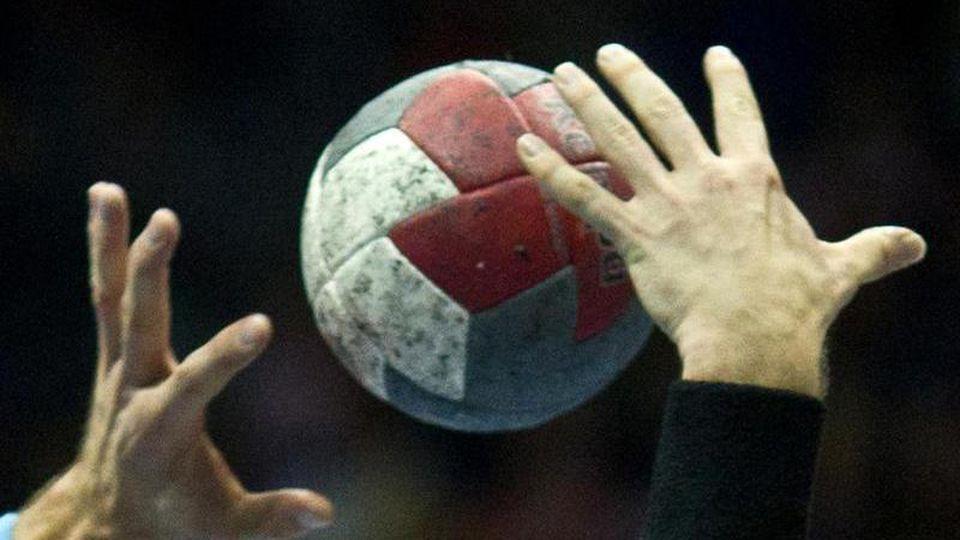 Spieler versuchen an den Ball zu kommen. Foto: Jens Wolf/Archivbild