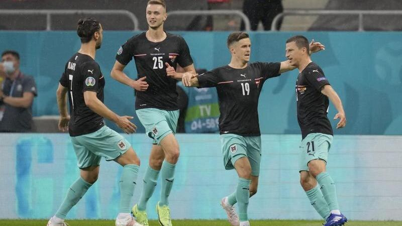 Stefan Lainer (r) bejubelt seinen Treffer zum 1:0 mit seinen Teamkollegen. Foto: Vadim Ghirda/AP Pool/dpa
