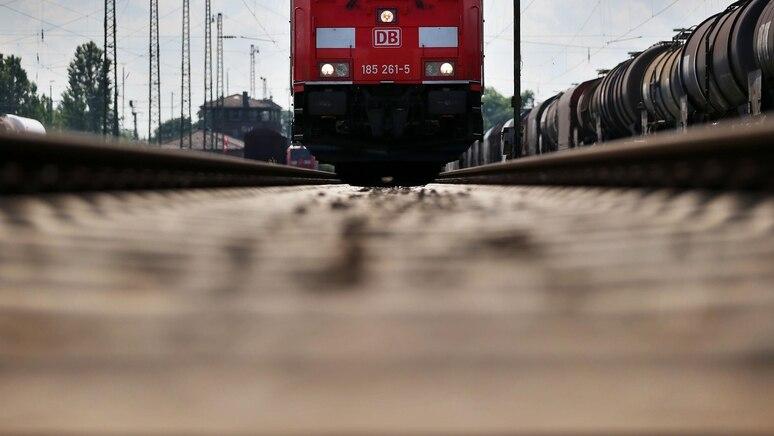 Auf einer Zugkupplung sollte es von Peine nach Lehrte gehen. (Symbolbild)