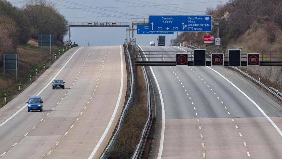 Wenige Autos sind auf der Autobahn A4 zu sehen. Foto: Robert Michael/dpa-Zentralbild/dpa