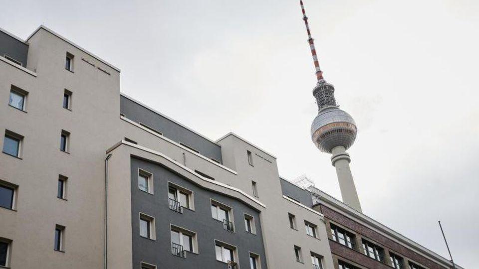 Der Berliner Fernsehturm hinter Mietwohnungen. Foto: Annette Riedl/dpa