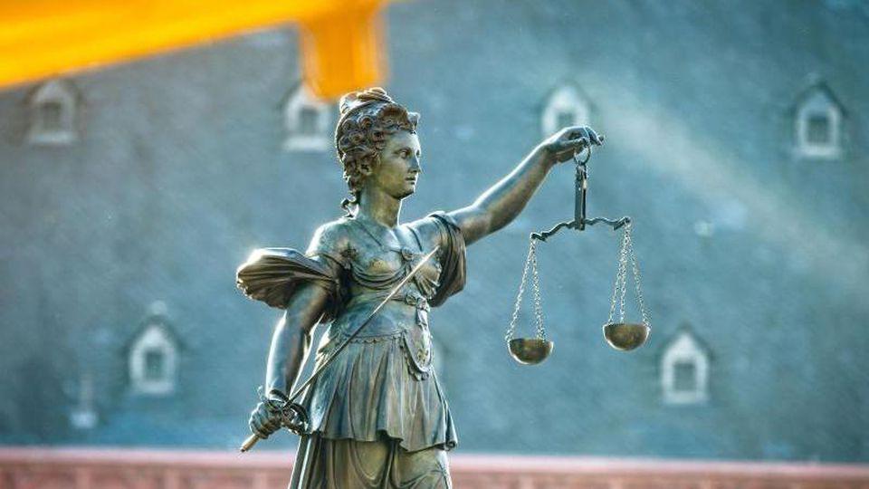 Justitia-Figur auf dem Gerechtigkeitsbrunnnen auf dem Römerberg. Foto: Frank Rumpenhorst/dpa/Archivbild