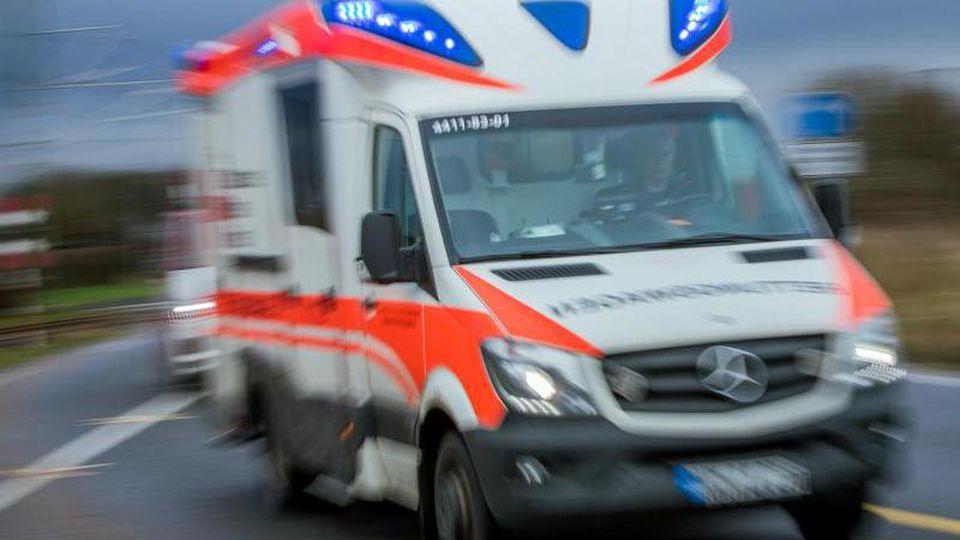 Ein Rettungswagen mit Blaulicht fährt in Richtung Klinikum. Foto: Jens Büttner/Archiv
