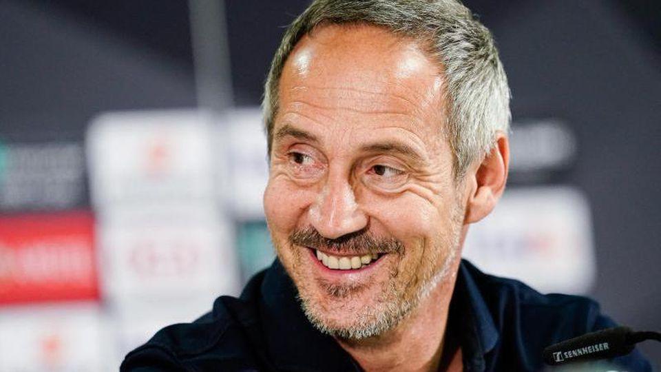 Pressekonferenz, in der Commerzbank-Arena. Frankfurts Trainer Adi Hütter lacht. Foto:Uwe Anspach/Archivbild