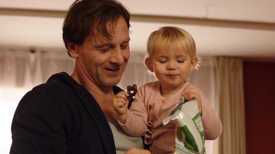 Stefan Vollmer (Hendrik Duryn) mit Serien-Tochter Frida.