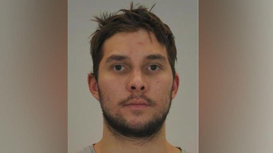 Der 27-Jährige sitzt aufgrund eines erlassenen Haftbefehls wegen Totschlages in Untersuchungshaft.