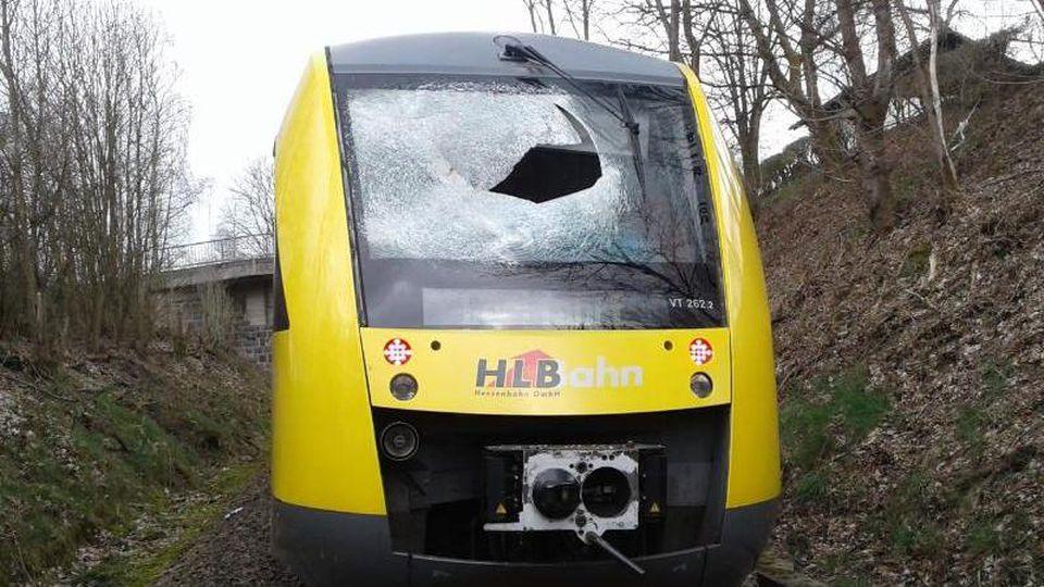 Die Frontscheibe eines Zuges der Hessischen Landsbahn ist nach einer Kollision beschädigt. Foto: Hessische Landesbahn/Archivbild