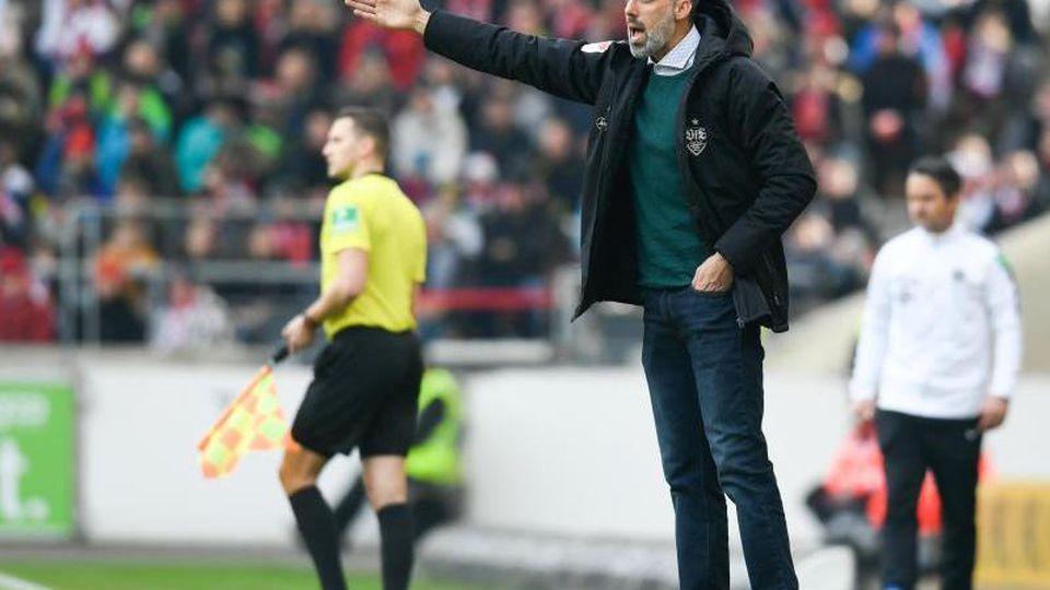 Trainer Pellegrino Matarazzo vom VfB Stuttgart, gestikuliert. Foto: Tom Weller/dpa/Archivbild