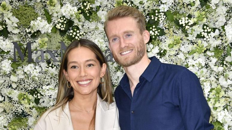 Andre Schürrle mit Ehefrau Anna Sharypova bei der Max Mara Resort 2020 Show im Neuen Museum Berlin