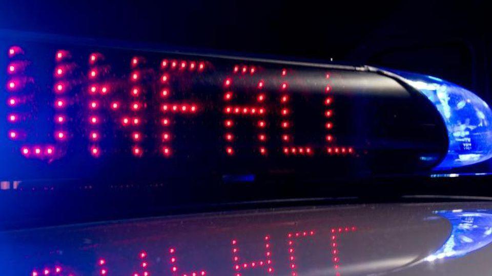 Ein Display warnt vor einemUnfall während das Blaulicht leuchtet. Foto: Monika Skolimowska/zb/dpa/Archivbild