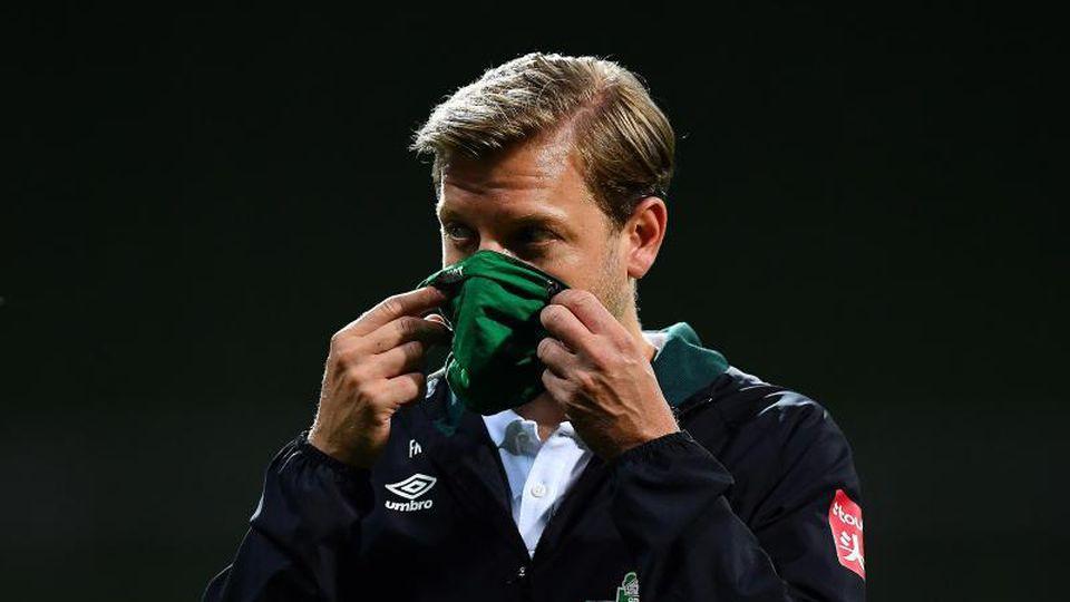 Werder-Trainer Florian Kohfeldt geht nach dem Spiel mit Maske vom Platz. Foto: Stuart Franklin/Getty Images Europe/Pool/dpa