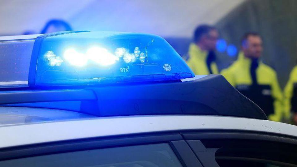 Ein Blaulicht leuchtet auf dem Dach eines Polozeiwagens. Foto: Jens Wolf/dpa-Zentralbild/dpa
