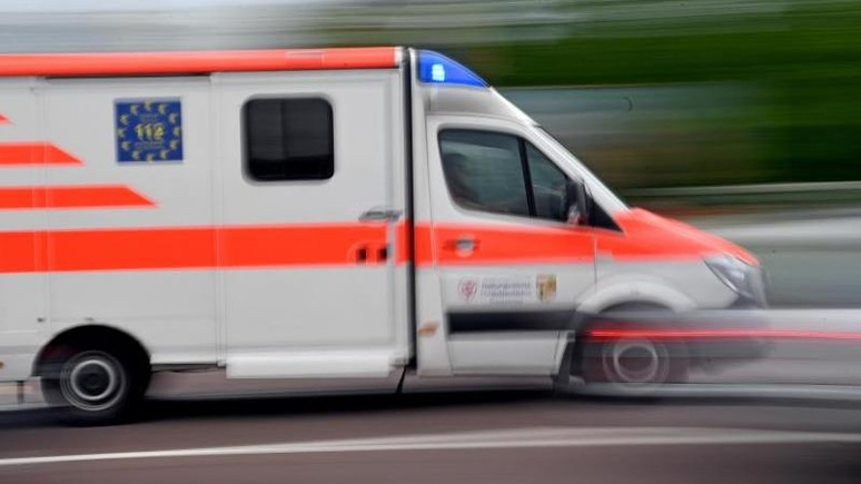 Ein Krankenwagen fährt mit Blaulicht auf einer Straße. Foto: Hendrik Schmidt/dpa-Zentralbild/ZB/Symbolbild