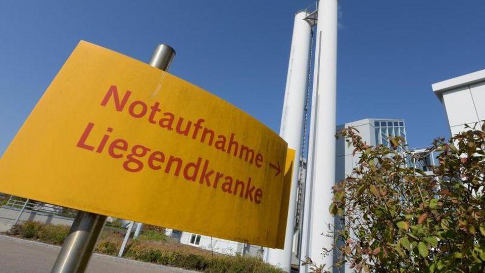 An der Donau-Ries Klinik weist ein Schild auf die Notaufnahme hin. Foto: Stefan Puchner/dpa/Archiv