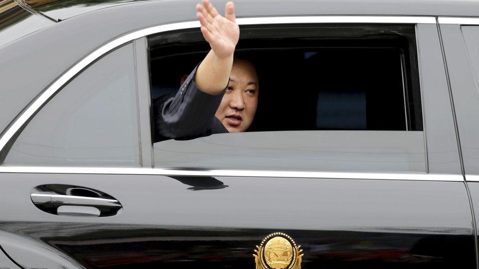 dpatopbilder - 26.02.2019, Vietnam, Dong Dang: Kim Jong Un, Machthaber von Nordkorea, winkt aus einem Auto, nachdem er in der vietnamesischen Grenzstadt mit dem Zug angekommen war. Am 27. und 28.02.2019 wollen US-Präsident Trump und der Machthaber No
