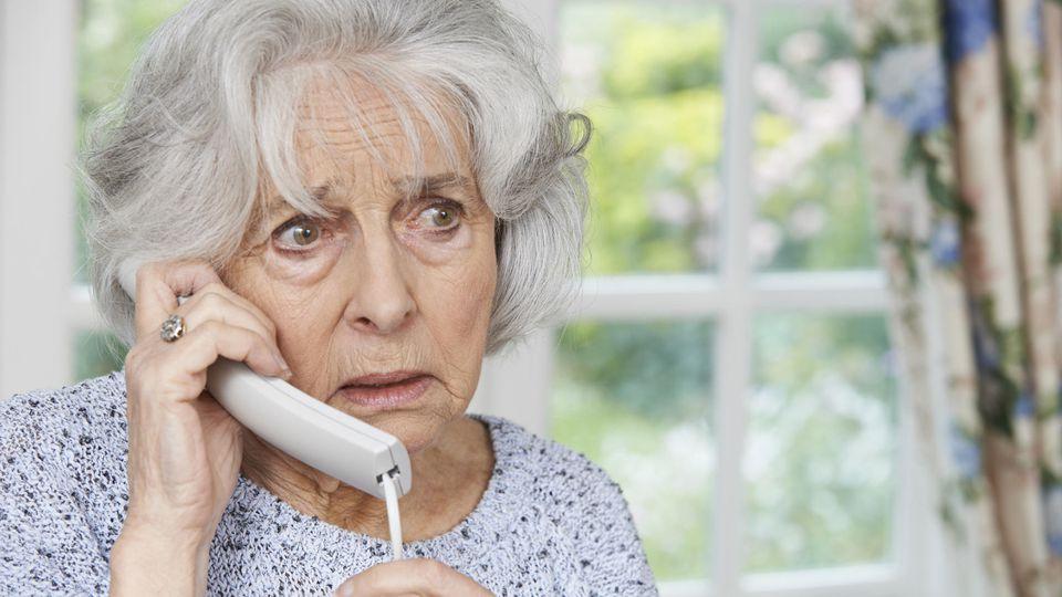 Ältere Frau am Telefon.