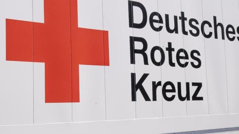 Das Logo und der Schriftzug des Deutschen Roten Kreuzes (DRK). Foto: Frank Molter/dpa/Archivbild
