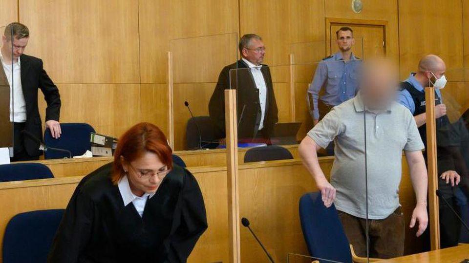 Der Hauptangeklagte im Mordfall Lübcke, Stephan Ernst (hinten l) und der Mitangeklagte, Markus H. im Oberlandgericht (vorne r). Foto: Thomas Kienzle/AFP-Pool/dpa/Archiv