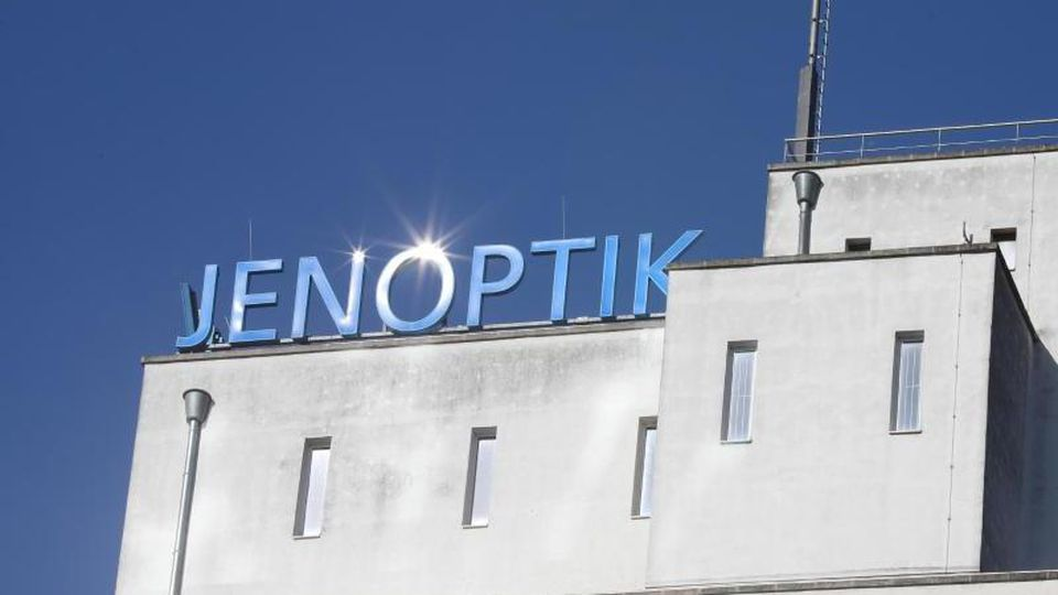 """Der Schriftzug """"Jenoptik"""" auf dem Dach des Verwaltungsgebäudes der Jenoptik AG. Foto: Bodo Schackow/zb/ZB/Archivbild"""