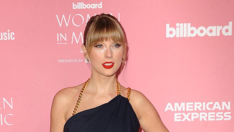 """Taylor Swift verwandelt sich in Video zu """"The Man"""" zum Mann."""
