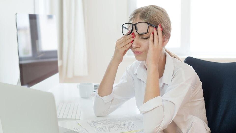 Gerade die ständige Arbeit vorm PC strengt die Augen an. Yoga hilft, um sie zu entspannen.