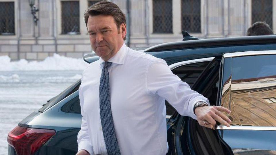 Bram Schot, Vorsitzender des Vorstands der Audi AG steigt aus seinem Dienstwagen aus. Foto:Peter Kneffel