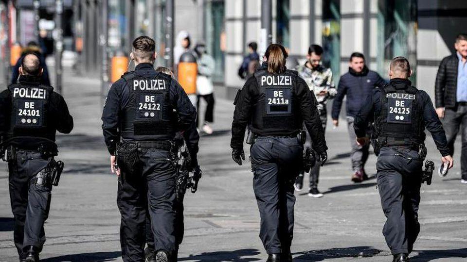 Polizisten gehen durch die Fußgängerzone Wilmersdorfer Straße. Foto: Britta Pedersen/dpa/Archivbild